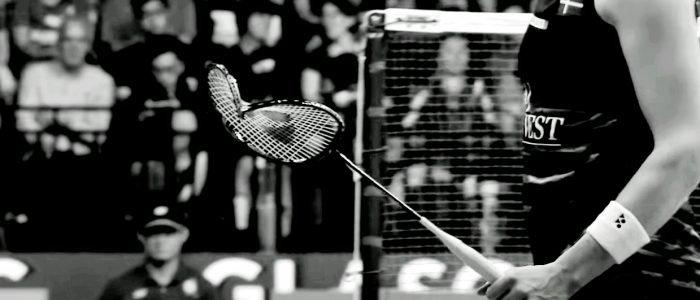 raqueta rota a cambiar dentro del equipamiento de bádminton