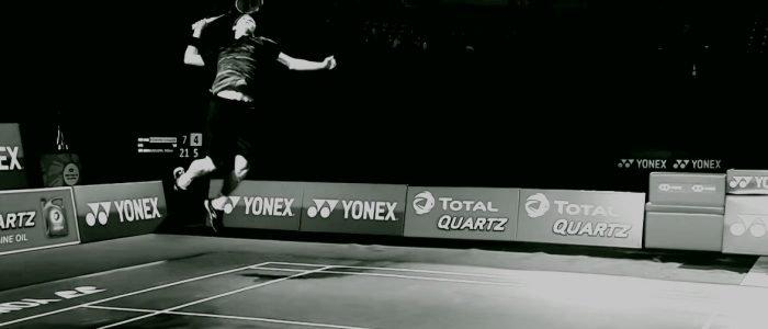 Viktor Axelsen salta para ejecutar un remate de bádminton